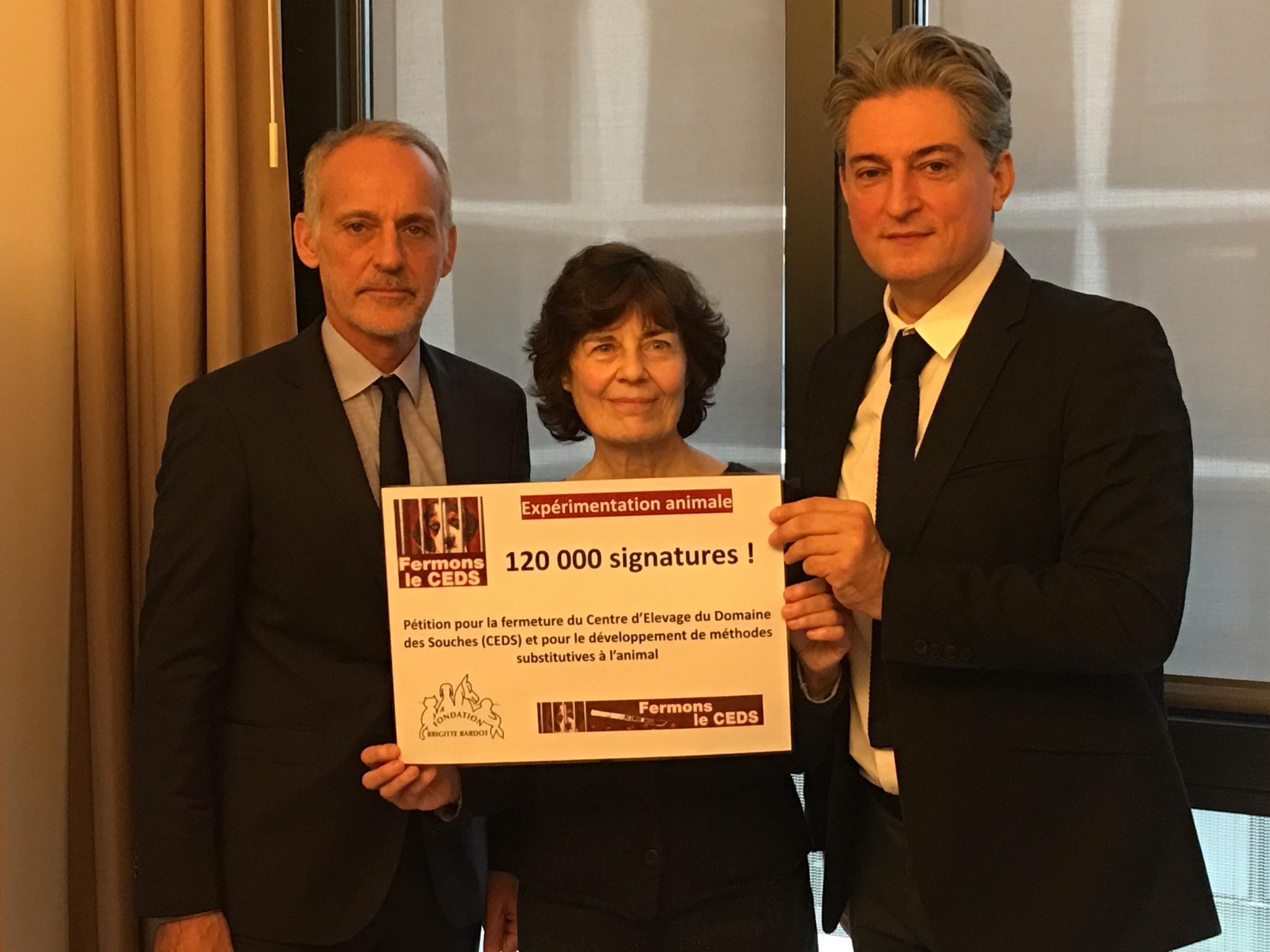 Remise de notre pétition pour fermer le CEDS à Loïc Dombreval